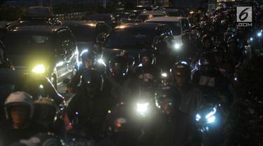 Pemudik sepeda motor melintas di Jalur Kalimalang, Bekasi, Jawa Barat, Rabu (13/6) pagi. H-3 Lebaran, jalur itu bagaikan lautan sepeda motor pemudik yang hendak pulang kampung untuk merayakan Idul Fitri. (Merdeka.com/Iqbal S. Nugroho)