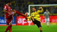 Gelandang Dortmund, Gonzalo Castro berebut bola dengan Javi Martinez saat bertanding pada pertandingan Bundesliga Jerman di Dortmund, (4/11). Munchen menang telak 3-1 atas Dortmund. (AFP Photo/Patrik Stollarz)