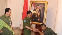 Jokowi dan Ahok tampak mengenakan seragam linmas berwarna hijau tua dan berdiri menyalami satu per satu pegawai sambil tersenyum, Jakarta, Senin (4/8/14). (Liputan6.com/Herman Zakharia)
