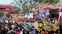 Aksi unjuk rasa ratusan warga Kalianak menuntut perbaikan jalan, hingga sejumlah daerah di Tanah Air merayakan Cap Go Meh.