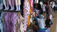 Aktivitas jual beli di kawasan Tanah Abang, Jakarta, Jumat (29/1/2021). Pemerintah telah menyiapkan dana Rp372,3 triliun untuk mendukung Pemulihan Ekonomi Nasional (PEN) serta menyiapkan berbagai program kerja dan kebijakan. (Liputan6.com/Angga Yuniar)