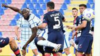 Inter Milan menghadapi Crotone pada pertandingan pekan ke-34 Serie A di Stadio Ezio Scida, Sabtu (1/5/2021) malam WIB. Inter pun berhasil membungkam Crotone dengan skor 2-0. (AFP/Giovanni Isolino)