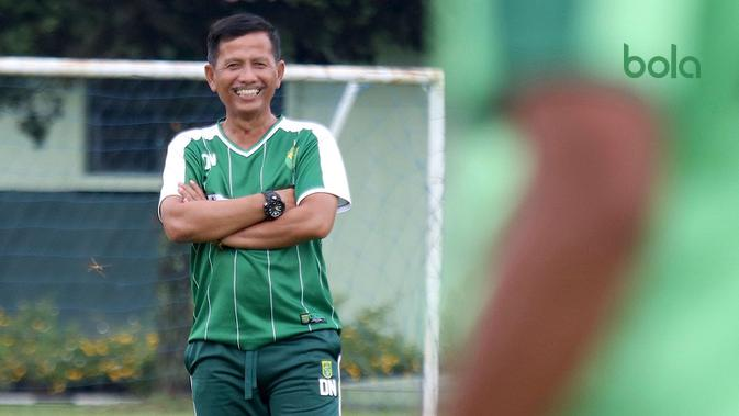 Djadjang Nurdjaman, pelatih Persebaya. (Bola.com/Aditya Wany)