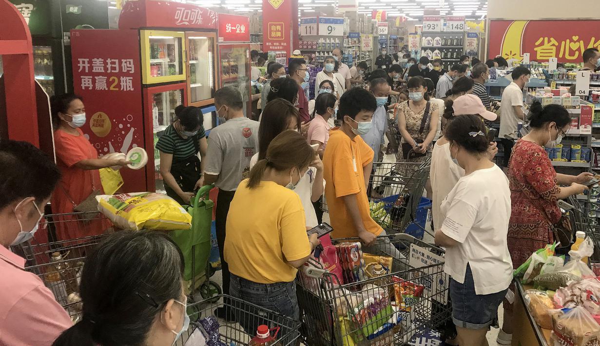 Orang-orang membeli barang di supermarket di Wuhan, provinsi Hubei pada 2 Agustus 2021. Pihak berwenang di Wuhan akan melakukan tes COVID-19 terhadap seluruh penduduk, setelah kota di China Tengah ini melaporkan infeksi lokal pertamanya dalam lebih dari setahun. (STR / AFP)