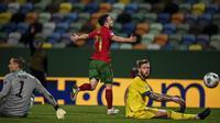 Penyerang Portugal, Diogo Jota, merayakan gol yang dicetaknya ke gawang Swedia pada laga UEFA Nations League 2020/2021 di Estadio Jose Alvalade, Kamis (15/10/2020) dini hari WIB. Portugal menang 3-0 atas Swedia. (AFP/Patricia De Melo Moreira)