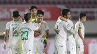 Ekspresi para pemain PSS Sleman yang berhasil merebut peringkat ketiga Piala Menpora 2021 pada laga kontra PSM Makassar di Stadion Manahan, Solo, Sabtu (24/4/2021). (Bola.com/Muhammad Iqbal Ichsan).