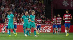 Reaksi  para pemain Barcelona setelah gelandang  Granada, Ramon Azeez mencetak gol pada laga pekan kelima La Liga di Stadion Nuevo Los Cármenes, Sabtu(21/9/2019). Barcelona tumbang dalam lawatannya ke markas tim promosi, Granada 0-2. (JORGE GUERRERO/AFP)