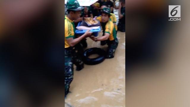 Banjir di Cimanggis memaksa masyarakat baik itu para nenek dan balita harus diungsikan lewat bantuan prajurit TNI.