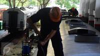 Pekerja Dari PT. KAI  melakukan perbaikan gerbong kereta di depo kereta Poncol Semarang, Jumat   (17/06). Bahkan PT. KAI memperkerjakan 30 orang per harinya untuk bisa mencapai target waktu lebaran. (Gholib)