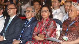 Menteri Keuangan Sri Mulyani (kedua kanan) saat menghadiri Global Markets Award Ceremony di Nusa Dua Bali, Sabtu (13/10). Sri Mulyani meraih penghargaan sebagai Menteri Keuangan Of The Years 2018. (Liputan6.com/Angga Yuniar)