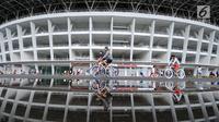 Warga bersepeda di kawasan lingkar luar Stadion Gelora Bung Karno (GBK), Jakarta, Minggu (21/1). Pascarenovasi, kawasan sekitar Stadion GBK kembali dipadati warga yang berolahraga. (Liputan6.com/Helmi Fithransyah)