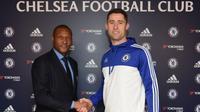 Bek Chelsea, Gary Cahill (kanan) usai menandatangani kontrak baru di Stamford Bridge, Rabu (2/12/2015). (Chelsea)