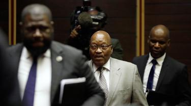 Mantan Presiden Afrika Selatan Jacob Zuma tiba menghadiri persidangan kasus korupsi di Pengadilan Tinggi di Pietermaritzburg (23/5/2019). Zuma (77) dituduh menerima suap dari perusahaan pertahanan Prancis Thales selama masa jabatannya. (AFP Photo/Themba Hadebe)