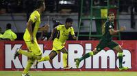 Pemain Persebaya Surabaya saat menghadapi Persik Kediri di laga pembuka Shopee Liga 1 2020, Sabtu (29/2). Persebaya dan Persik bermain imbang 1-1. (Bola.com/Yoppy Renato)