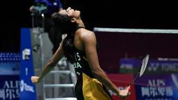 Pebulu tangkis Putri India, Pusarla Venkata Sindhu merayakan kemenangan atas Nozomi Okuhara dari Jepang pada babak final Kejuaraan Dunia Bulu Tangkis 2019 di Swiss, Minggu (25/8/2019). Pursala menjadi pebulu tangkis India pertama yang berhasil meraih gelar juara dunia. (FABRICE COFFRINI/AFP)
