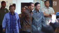 Presiden Joko Widodo didampingi Menko Perekonomian Darmin Nasution dan Kepala BKPM Thomas Lembong meninjau layanan konsultasi Online Single Submission (OSS) BKPM di PTSP BKPM, Jakarta, Senin (14/1). (Liputan6.com/Angga Yuniar)