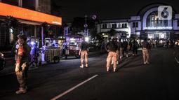 Petugas Satpol PP menertibkan pedagang di kawasan Kota Tua, Jakarta, Kamis (31/12/2020). Penertiban tersebut dilakukan guna mencegah kerumunan seiring larangan bagi warga merayakan malam Tahun Baru di Kota Tua di tengah pandemi COVID-19. (merdeka.com/Iqbal S. Nugroho)