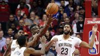 Pemain Pelicans Anthony Davis (23) mengadang pemain Rockets Clint Capela pada laga NBA  (AP)