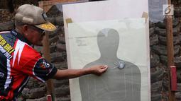 Penyidik Polda Metro Jaya dan Labfor menguji coba senjata terkait kasus peluru nyasar ke Gedung DPR di Mako Brimob, Depok, Selasa (23/10). Uji coba untuk memastikan peluru 9 mm dapat menembus kaca dengan jarak 300 meter. (Liputan6.com/Immanuel Antonius)