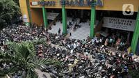 Parkiran sepeda motor pengunjung di Pasar Pramuka, Jakarta, Senin (16/3/2020). Pasar Pramuka diserbu pembeli yang mencari masker guna mengantisipasi virus Corona Covid-19, membuat sebagian badan jalan dimanfaatkan sebagai parkiran sehingga menyebabkan kemacetan panjang. (merdeka.com/Iqbal Nugroho)