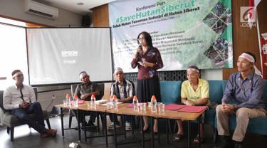 Anggota DPR RI dari Fraksi PDIP, Rieke Diah Pitaloka memberikan paparan saat hadir dalam pernyataan bersama menolak hutan tanaman industri (HTI) Pulau Siberut Mentawai di Jakarta, Kamis (9/11). (Liputan6.com/Faizal Fanani)