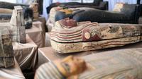 Sejumlah peti mati kuno yang baru ditemukan di situs pemakaman Saqqara di Provinsi Giza, Mesir, 3 Oktober 2020. Kementerian Pariwisata dan Kepurbakalaan Mesir memamerkan 59 peti mati kuno yang baru ditemukan dengan kondisi terawat baik di Provinsi Giza dekat ibu kota Kairo. (Xinhua/Ahmed Gomaa)
