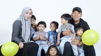 AIUEOS Family (Bambang E. Ros/Fimela.com)