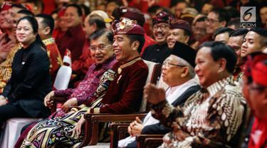 Presiden Joko Widodo (tengah) dan Wakil Presiden Jusuf Kalla saat menghadiri Kongres V PDIP di Bali, Kamis (8/8/2019). Acara ini juga dihadiri oleh Ketua Umum PDIP Megawati Soekarnoputri, Ketua Umum Partai Gerindra Prabowo Subianto, dan wakil presiden terpilih Ma'ruf Amin. (Liputan6.com/JohanTallo)