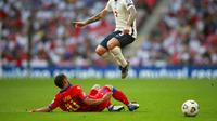 Ludovic Clement (Andorra) melakukan tekel terhadap Kieran Trippier (Inggris) pada pertandingan kualifikasi Piala Dunia 2022 antara Inggris dan Andorra di stadion Wembley di London, Minggu, 5 September 2021. (AP Photo/Ian Walton)