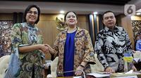 Ketua DPR Puan Maharani (tengah) didampingi Wakil Ketua DPR Sufmi Dasco Ahmad bersalaman dengan Menkeu Sri Mulyani saat rapat konsultasi di Ruang Pansus B, Kompleks Parlemen, Jakarta, Senin (16/12). Rapat membahas program Omnibus Law dan RUU Prolegnas Prioritas tahun 2020. (Liputan6.com/Johan Tallo)