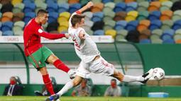 Striker Portugal, Cristiano Ronaldo, melepaskan tendangan saat melawan Spanyol pada laga uji coba di Stadion Jose Alvalede, Kamis (8/10/2020). Kedua tim bermain imbang 0-0. (AP Photo/Armando Franca)