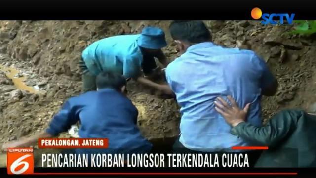 Warga bersama Tim BPBD dan TNI, Polri terpaksa hanya menggunakan peralatan seadanya untuk mencari keberadaan Rali.
