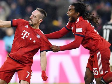 Gelandang Bayern Munich, Franck Ribery, melakukan selebrasi usai membobol gawang RB Leipzig pada laga Bundesliga di Allianz Arena, Kamis (20/12). Bayern Munich menang 1-0 atas RB Leipzig. (AFP/Chirstof Stache)
