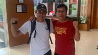 Eks pelatih Persik Kediri, Joko Susilo, dan caretaker pelatih Persik saat ini, Alfiat, bertemu lagi di Hotel Ibis Solo. (Bola.com/Gatot Susetyo)