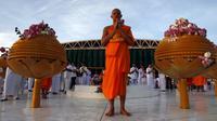 Seorang biksu Buddha saat berdoa di Thailand, (1/6/2015). Hari Raya Waisak memperingati 3 peristiwa penting, yakni Lahirnya Pangeran Siddharta, Pangeran Siddharta menjadi Buddha dan Meninggalnya Buddha Gautama parinibbana. (REUTERS/Chaiwat Subprasom)