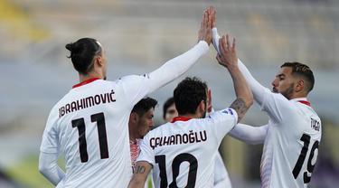 Penyerang AC Milan, Zlatan Ibrahimovic berselebrasi dengan rekan-rekannya usai mencetak gol ke gawang Fiorentina pada pertandingan lanjutan Liga Serie A Italia di stadion Artemio Franchi di Florence, Italia, Senin (22/3/2021). AC Milan menang tipis ats Fiorentina 3-2. (Spada/LaPresse via AP)