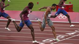 Andre De Grasse berhasil mengalahkan sprinter Amerika Serikat, Kenneth Bednarek dan Noah Lyles yang finish di urutan kedua dan ketiga. Dirinya menjadi sprinter ketiga Kanada yang mampu menjuarai kelas ini setelah Robert Kerr dan Percy Williams. (Foto: AP/The Canadian Press/Nathan Denette)
