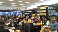 Rhenald Kasali meluncurkan buku Tomorrow is Today di Periplus Pondok Indah Mall Jakarta, Rabu (8/11/2017).(Liputan6.com/Achmad Dwi Apriyadi)