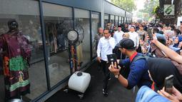Presiden Joko Widodo atau Jokowi saat menghadiri peresmian Halal Park di Kompleks Gelora Bung Karno (GBK), Senayan, Jakarta, Selasa (16/4). Halal Park terdiri dari bangunan dan ruang terbuka. (Liputan6.com/Angga Yuniar)