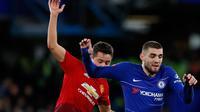 Pemain Chelsea, Mateo Kovacic berebut bola dengan pemain Manchester United, Ander Herrera pada laga putaran kelima Piala FA di Stamford Bridge, Senin (18/2). Manchester United lolos ke perempat final usai mengalahkan Chelsea 2-0. (Adrian DENNIS/AFP)