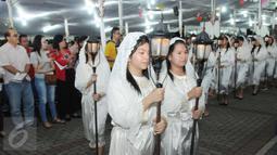 Ribuan jemaat merayakan malam Misa Natal di Gereja Katedral, Jakarta, Sabtu (24/12). Sebelum mengikuti misa, para jemaat terlihat mengambil air suci terlebih dahulu.(Liputan6.com/Helmi Afandi)