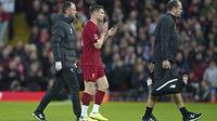 Gelandang Liverpool James Milner mengalami cedera otot dalam laga kontra Everton pada babak ketiga Piala FA di Stadion Anfield, Minggu (5/1/2020). (AP Photo/Jon Super)