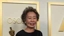 Yuh-Jung Youn, pemenang penghargaan untuk Aktris Pendukung Terbaik dalam film Minari berpose di ruang pers Oscar di Union Station di Los Angeles, Minggu (25/4/2021). Perempuan 73 tahun itu memastikan dirinya jadi aktis Korea pertama yang berhasil meraih Piala Oscar. (AP Photo/Chris Pizzello, Pool)