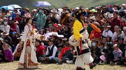 Warga lokal mengikuti peragaan busana Tibet di padang rumput Zhaqingtang di Wilayah Sertar, Provinsi Sichuan, China barat daya (7/8/2020). (Xinhua/Jiang Hongjing)
