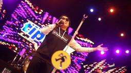 Selain itu, Tipe-X juga ajak penonton untuk mengenang orang terdekat dengan membawakan lagu Selamat Jalan. Suasana syahdu terasa kala musik intro dimainkan. (Liputan6.com/IG/@antotipex)