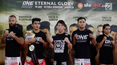 Atlet MMA berpose usai latihan bebas jelang laga One Championship di Syena Martial Arts, Jakarta, Rabu (16/1). Pertarungan tersebut akan berlangsung pada 19 Januari 2019 di Istora Senayan. (Bola.com/M Iqbal Ichsan)