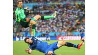 Gonzalo Higuain (bawah), saat membela Argentina kontra Jerman, pada babak final Piala Dunia 2014, di Stadion Maracana, Rio de Janeiro, Brasil (14/7/2014). Higuain tak dipanggil timnas Argentina pada ajang Kualifikasi Piala Dunia 2018. (EPA/Diego Azubel)