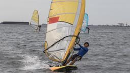 Seorang atlet layar berlatih di Laut Jakarta, Kamis (24/5/2018). Cabang layar menargetkan dua medali emas pada Asian Games 2018 mendatang. (Bola.com/Vitalis Yogi Trisna)