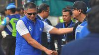 CEO Arema, Iwan Budianto, sempat berkeliling di tepi lapangan di Stadion Kanjuruhan, Malang, saat laga Arema vs Persebaya, Sabtu (6/10/2018), untuk melihat kondisi Aremania. (Bola.com/Iwan Setiawan)