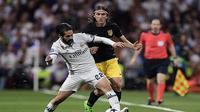 Isco Alarcon mendapat pujian dari Zinedine Zidane karena dapat memainkan peran playmaker pada laga melawan Atletico Madrid (2/5/2017). (AFP/Javier Soriano)